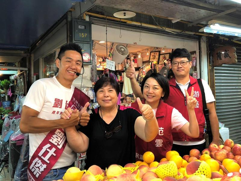 原本有意參選台北市長的社民黨召集人范雲(右2),因無法籌到參選保證金200萬元,昨(23日)深夜在臉書宣布退出台北市長選舉。(翻攝自范雲臉書)