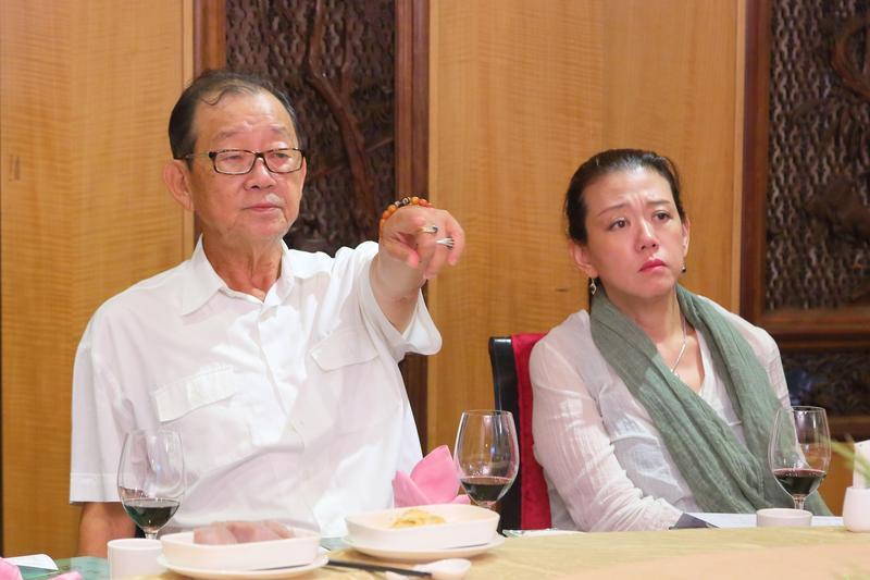 邱復生(左)要將台開新埔雲夢山丘園區打造成台灣的輕井澤。右為邱復生女兒、台開總經理邱于芸。(台開集團提供)