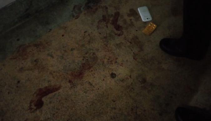 現場血跡斑斑,林男持刀求前女友復合不成遷怒並刺傷大伯。(警方提供)