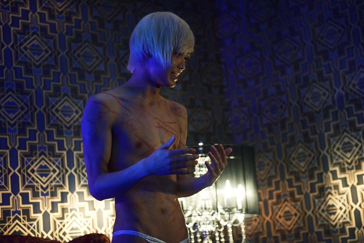 豬塚健太在電影《娼年》是受虐抖M體質,需要對方在身上狠狠施虐才會得到快感。(網路圖片)