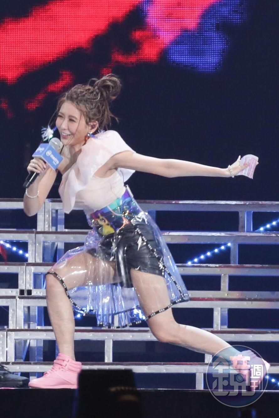 主持人愷樂也想秀一下舞技。