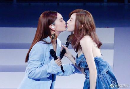 這次北京場楊丞琳找來好友王心凌當嘉賓,兩人除了合唱〈當你〉,也在台上大玩親親。(翻攝自楊丞琳微博)