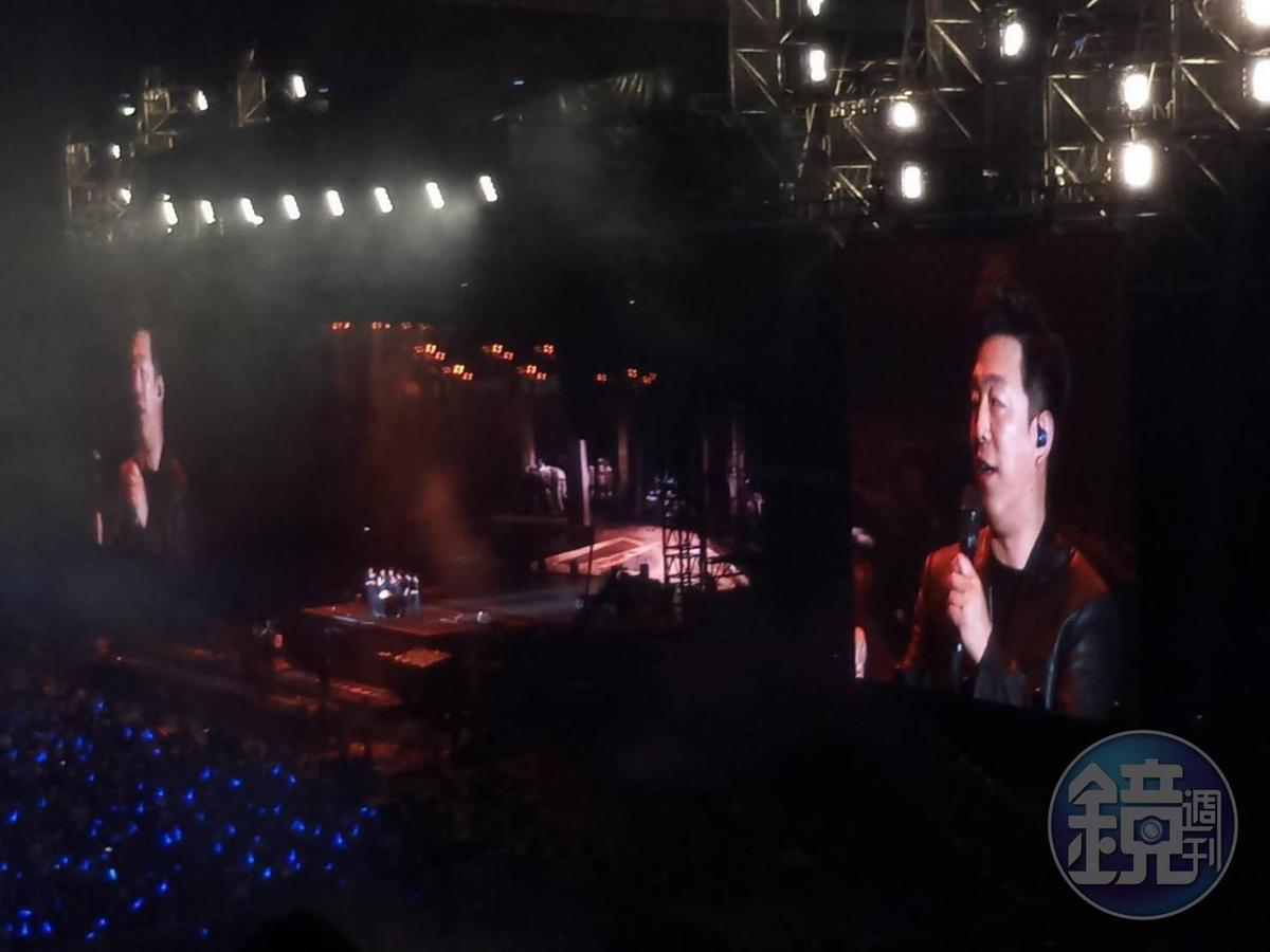 近來黃渤執導電影《一齣好戲》,阿信特地為此寫下主題曲「當每顆星星」,當晚2人也合唱該曲。