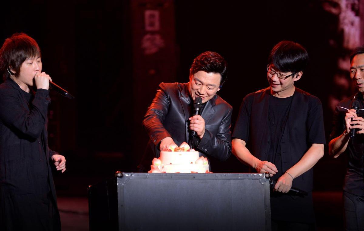 五月天所準備的生日蛋糕把黃渤嚇了一大跳,讓他忍不住地說:「我平常不太容易被感動,但今天真的有一點點。」(相信音樂提供)