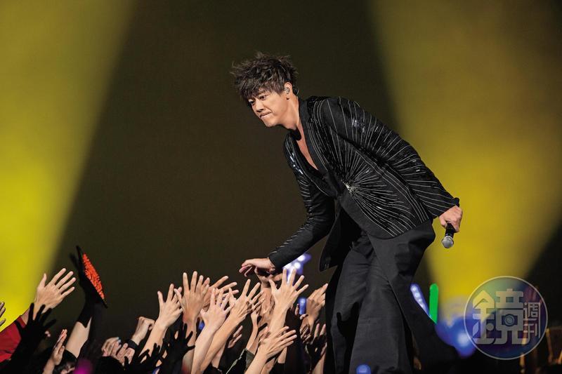 外型高大帥氣的信,嘹亮的歌聲深受許多歌迷喜愛。