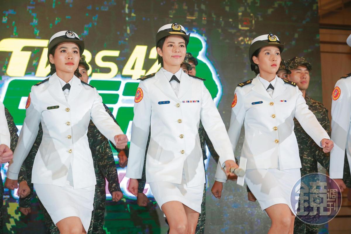TVBS歡樂台為了播出《女兵日記》,將 《食尚玩家》延後播出,造成主持群大搬風。左起小嫻、劉香慈、楊晴。