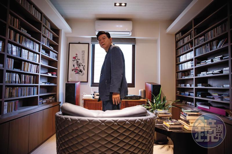 裴偉熱愛古典音樂,家中視聽室有一張沙發,一套音響,跟整個牆面的古典音樂CD。