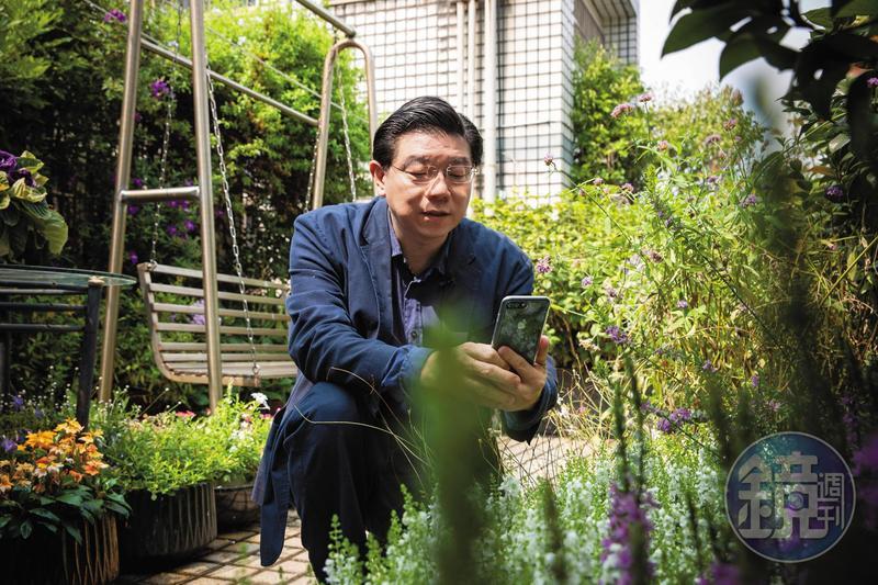 裴偉受父親影響,熱愛花草園藝,自家頂樓闢了花園,時常拍照上傳臉書。