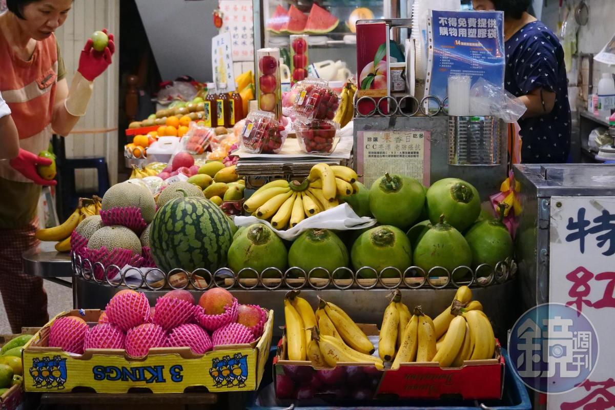 「清吉水果行」店頭擺滿當季水果,琳琅滿目。