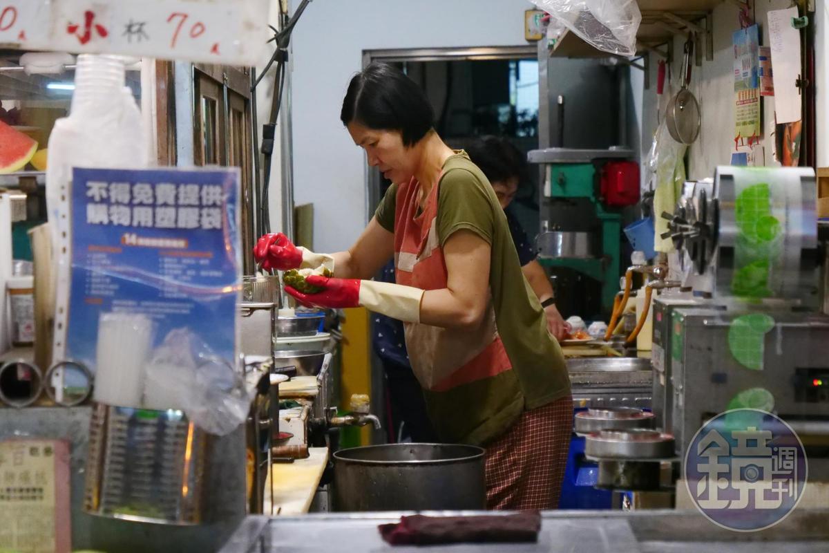 老闆娘取出釋迦果肉去籽打汁。