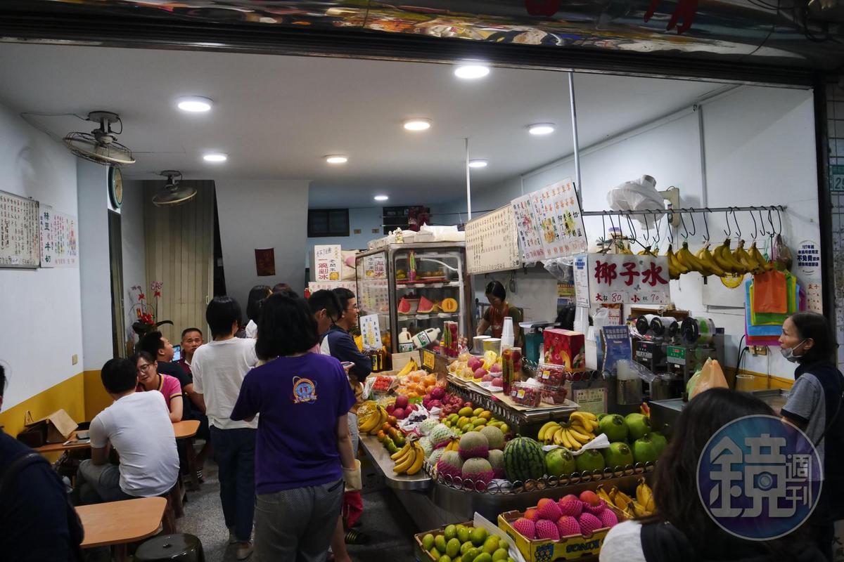 到深夜依然有許多人流連水果行。