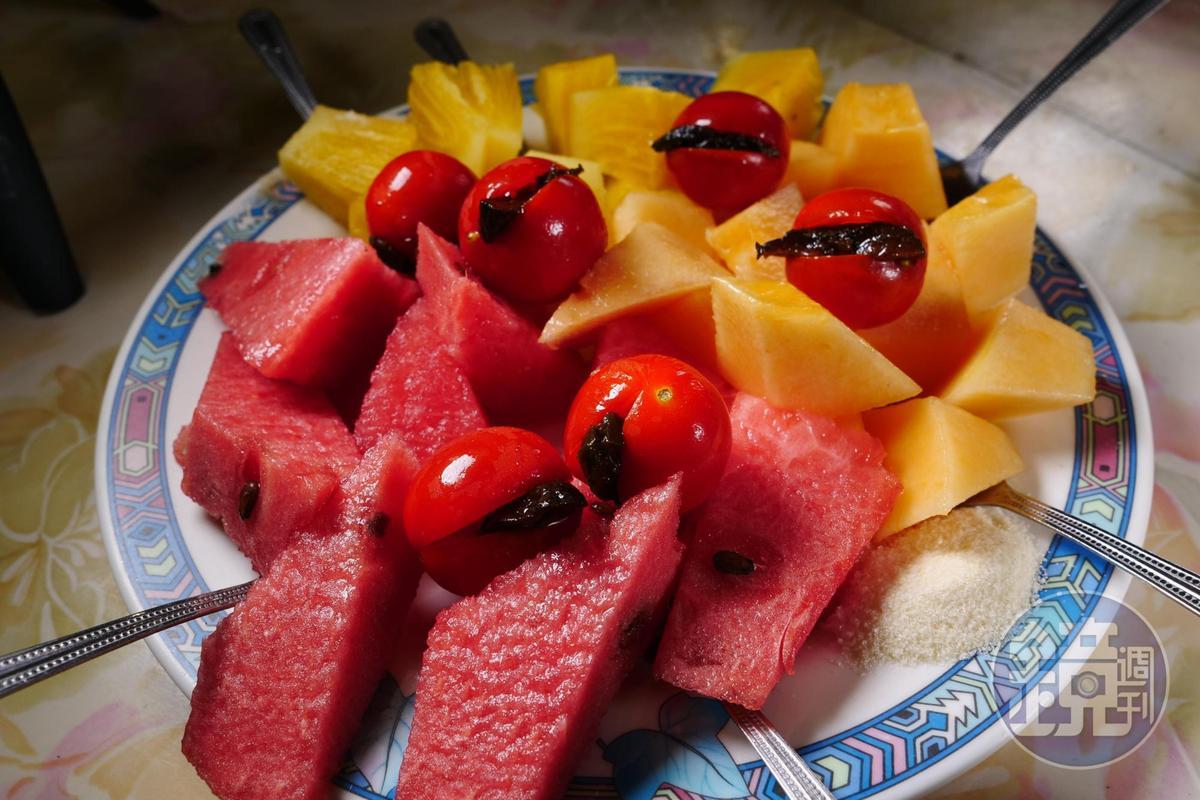 綜合水果切盤能嘗到旬味。(時價)