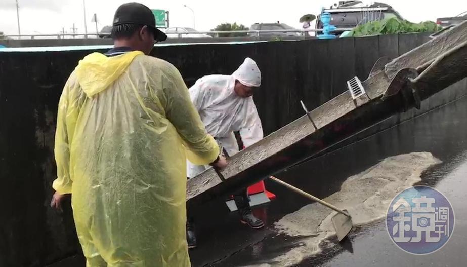 水利局緊急出動人車對裂縫灌漿,並補強基礎設施,以防可能再來的豪大雨將災情擴大。