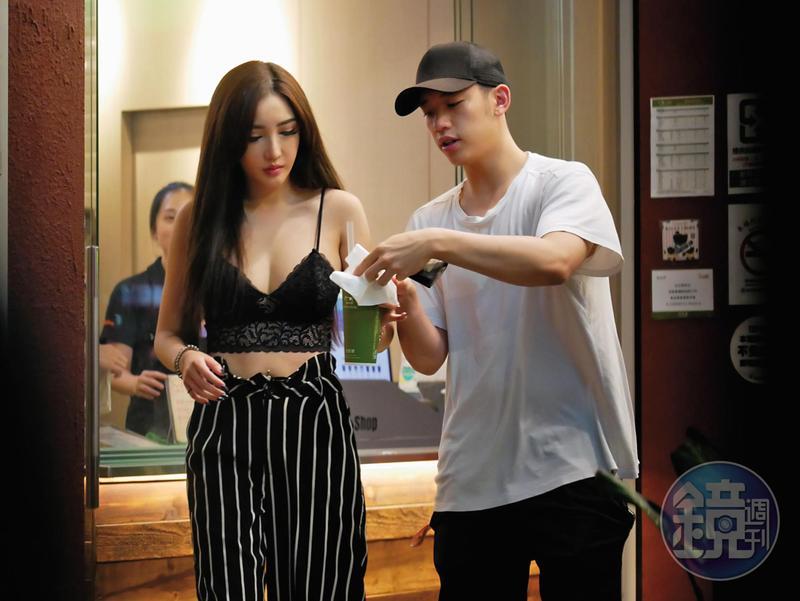 陳慕(右)和新歡趙芸相偕買飲料,陳慕相當貼心,看到趙芸的珍奶溢出來,馬上拿過來擦。