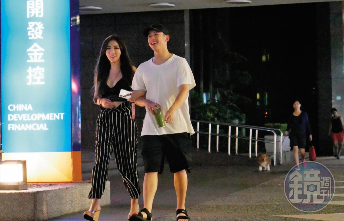兩人走著走著,趙芸就自然地勾起陳慕的手來,像是一對甜蜜的小情侶。