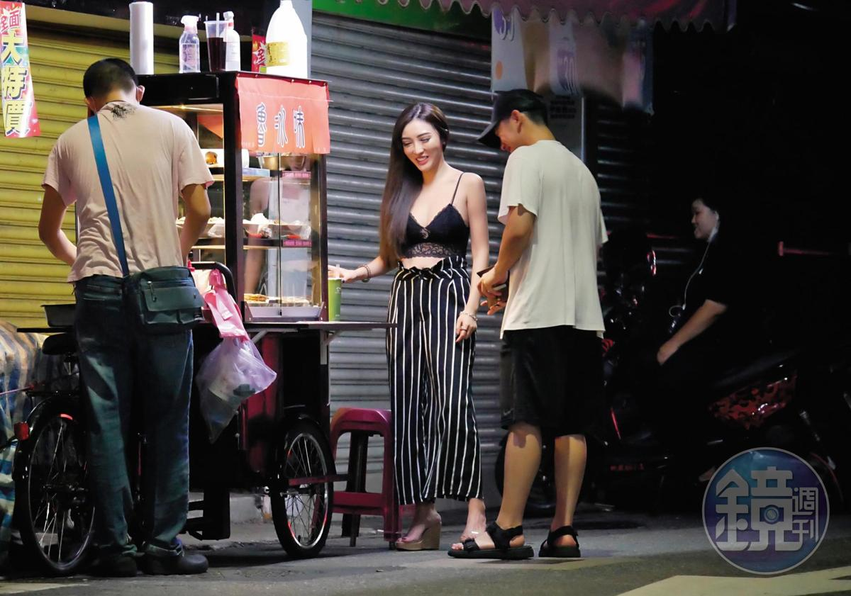 陳慕和趙芸外出覓食,在路邊挑選滷味。