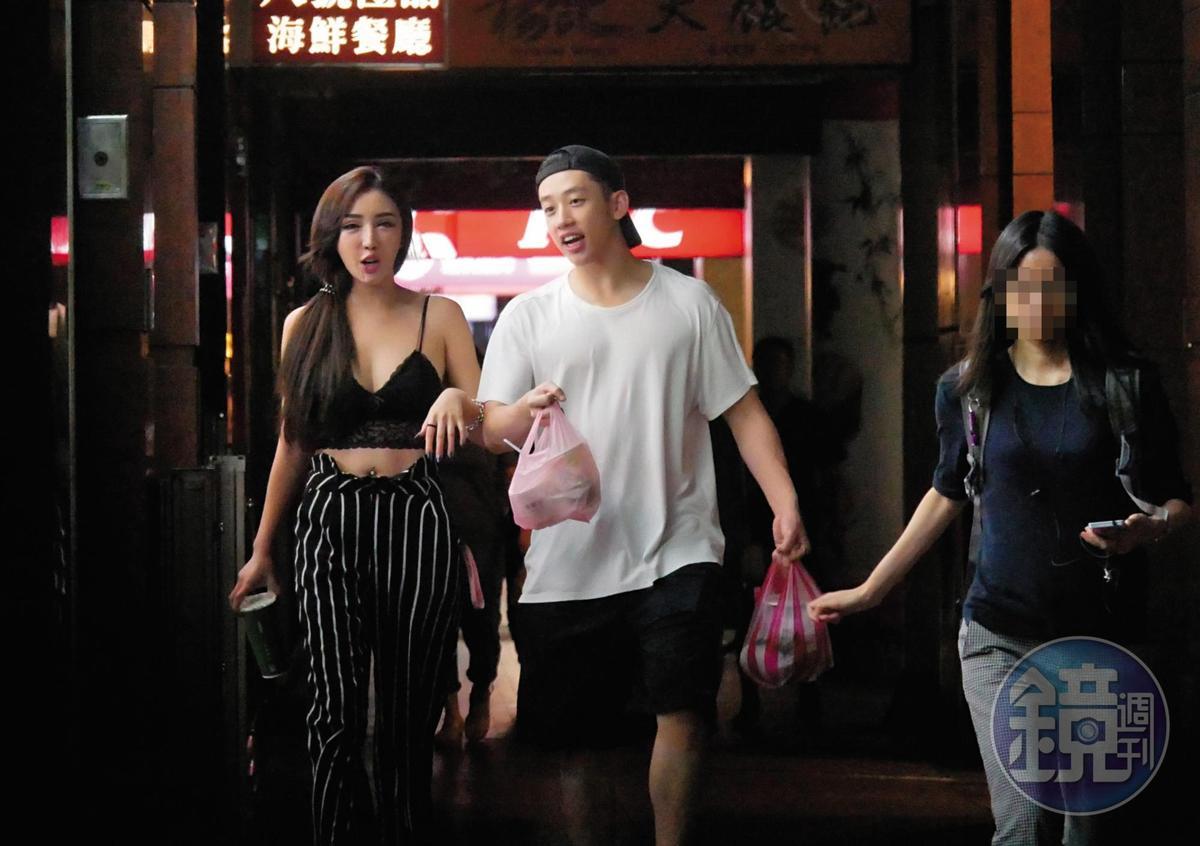 雖然陳慕和趙芸都以身材好當賣點,但一路還是買了不少宵夜回家吃。