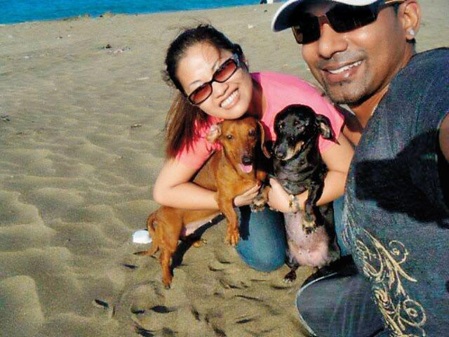 加拿大籍男子Ryan(右)和已故妻子養了2條狗,感情相當融洽。而他也因為當警方線人而惹上殺身之禍。(翻攝畫面)