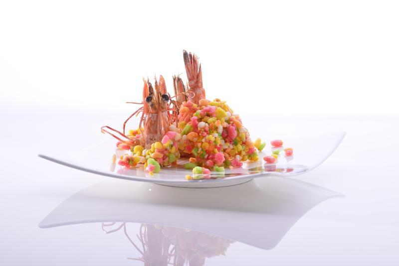 古早辦桌時有時會端出繽紛可愛的「蝦仔餅」,拐小孩吃餅,大人就可以名正言順地吃蝦。(宜蘭渡小月提供)