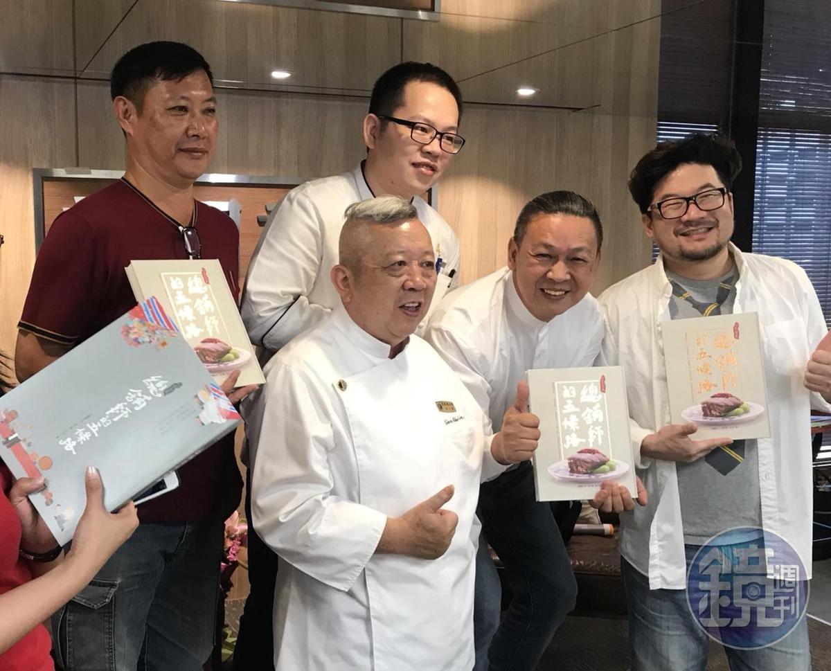 陳兆麟(左2)在《總舖師的五條路》新書發表會上,分享台灣辦桌辦文化,同樣也是知名總舖師的施建發(右2)前來祝賀。