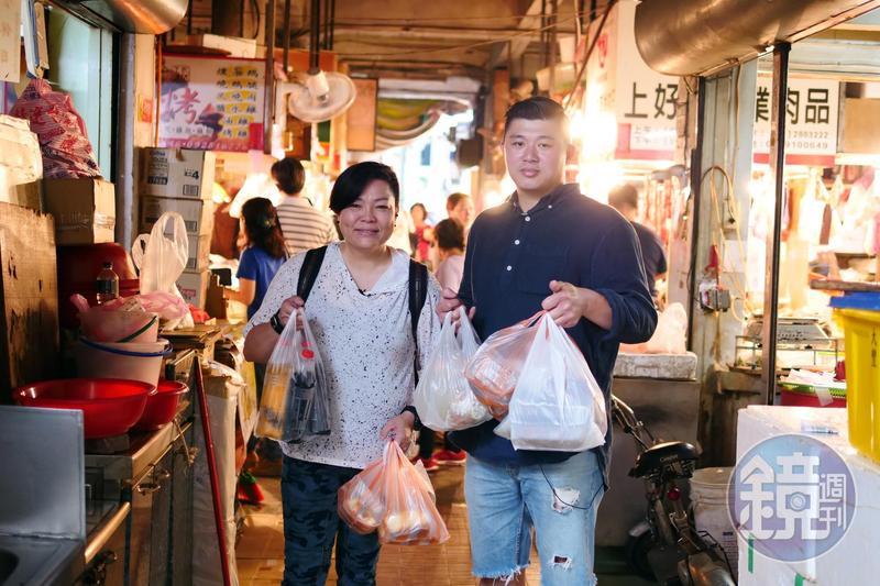 台南小吃達人李姝慧(左)、林敬堯(右)大力推薦鴨母寮市場給時間有限的旅客。