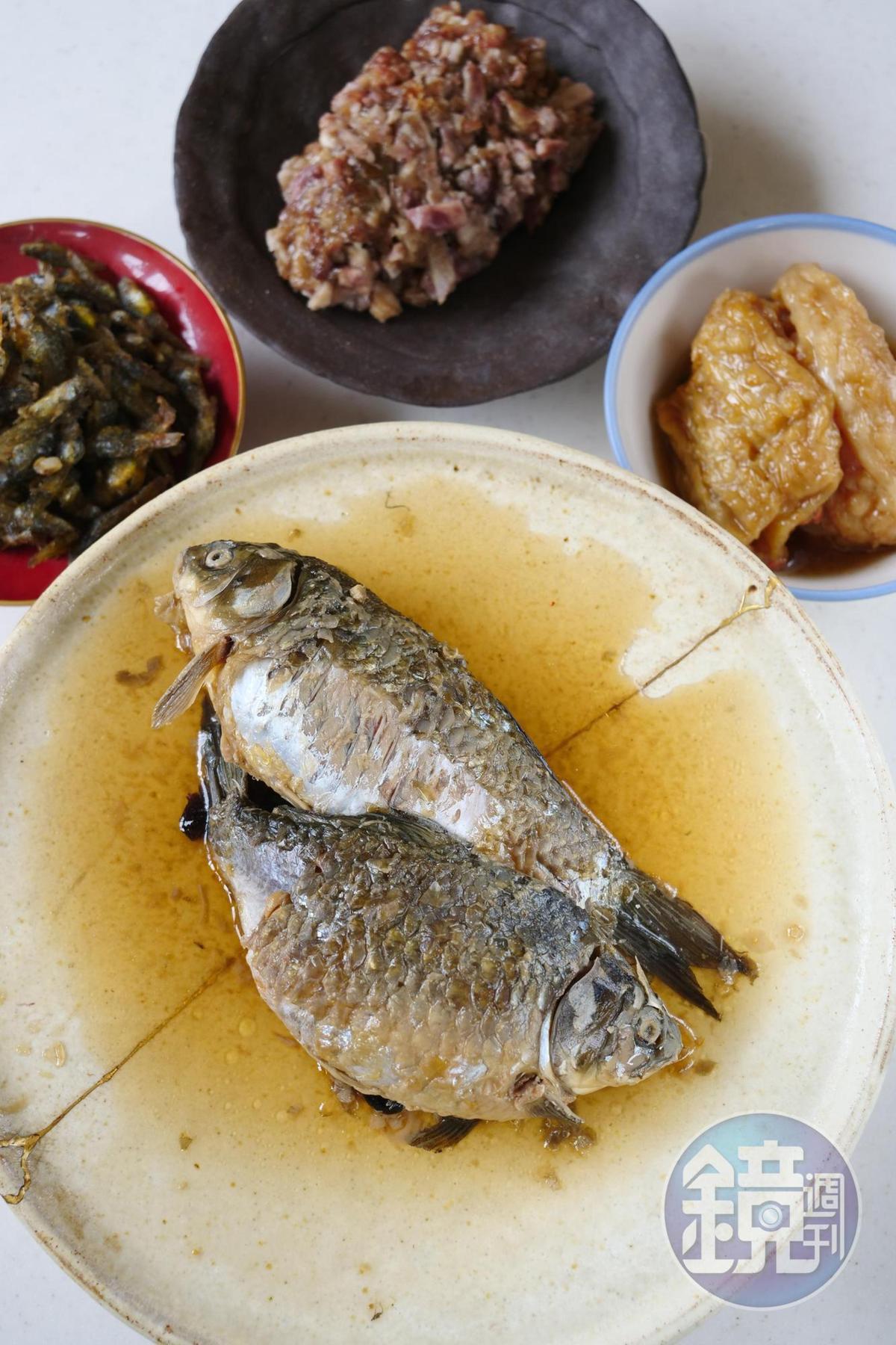 芋粿用料扎實,軟糯鹹香,豆醬鯽魚苦甘的滋味下飯。