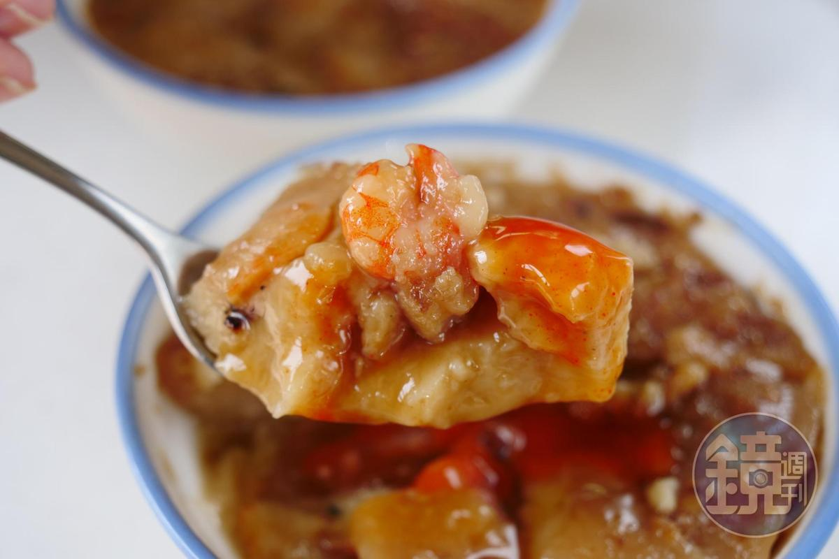 加了肉臊、火燒蝦,中央倒塌的褐色碗粿是南部口味。(30元/碗)
