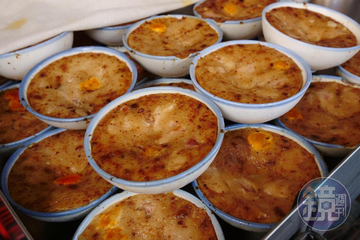 水果行旁「武廟蔡家碗粿」早上在市場賣。