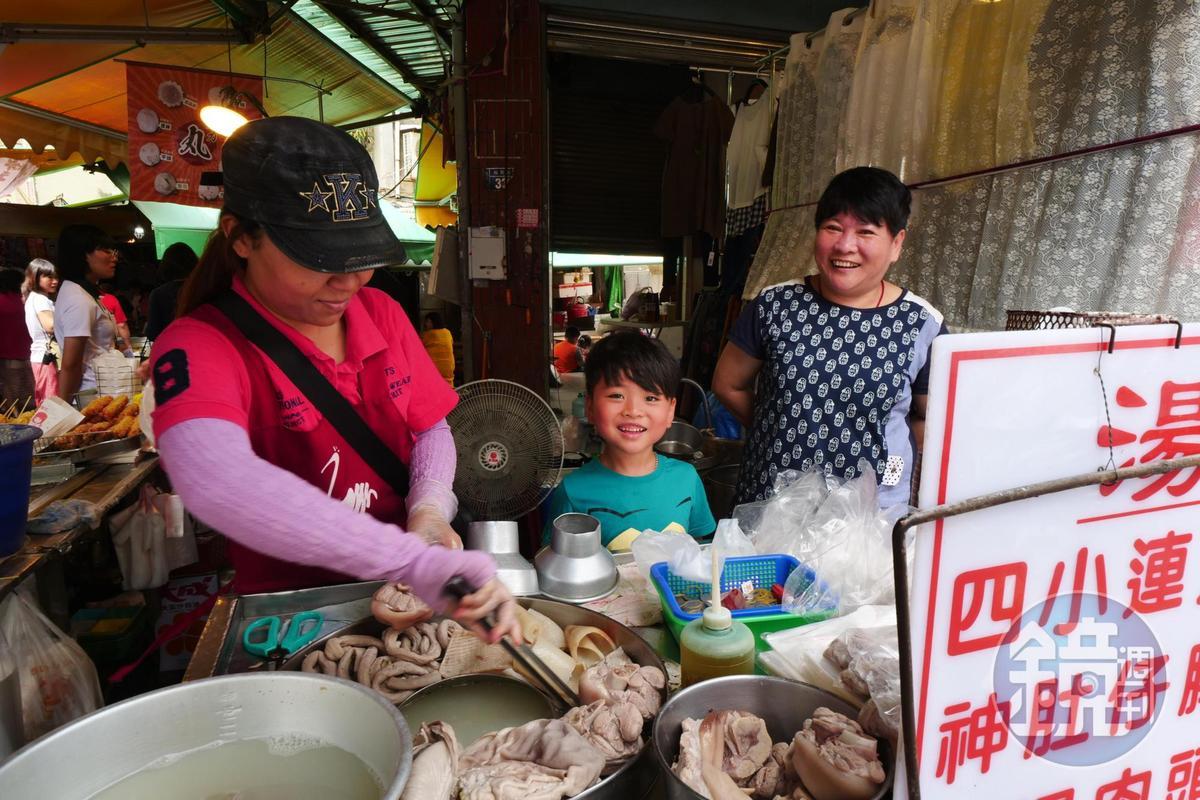 「湯家四神湯」是滿載大腸、小腸、豬肚的小攤車。