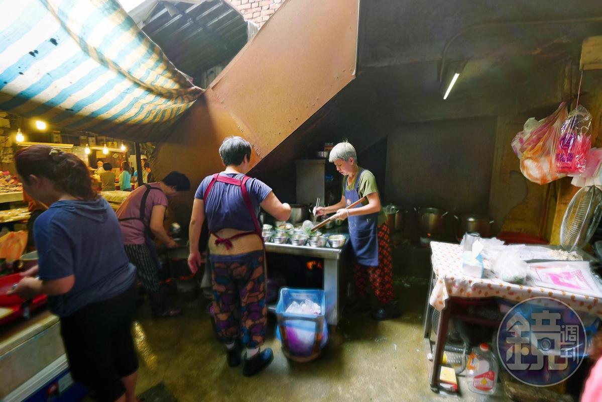 炭火麵是鴨母寮市場名攤,在一個半露天的空間。