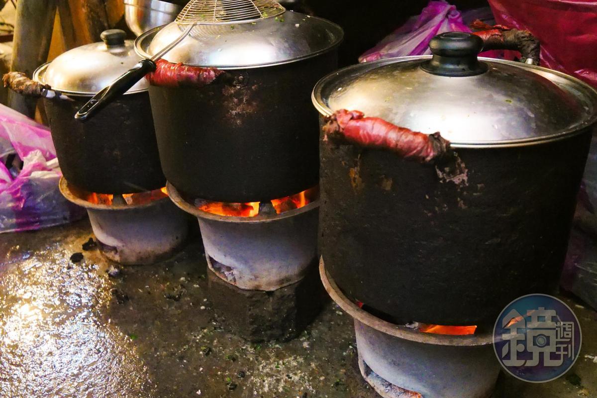 炭火燒熱鍋爐。