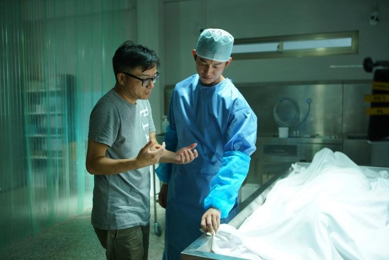 莊景燊(左)執導的電影《引爆點》中,吳慷仁(右)飾演法醫。(牽猴子提供)