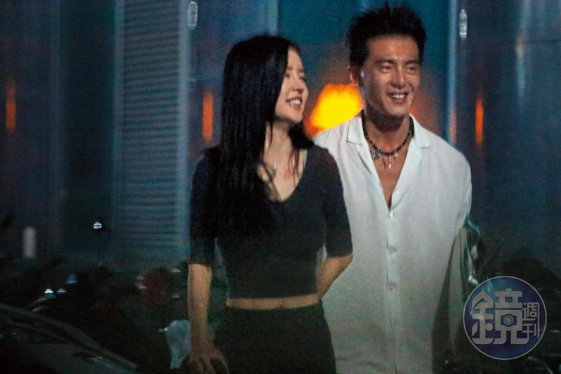 8月21日02:04,Miko微露乳溝與小蠻腰,開心牽著謝富丞的手,走在東區街頭。