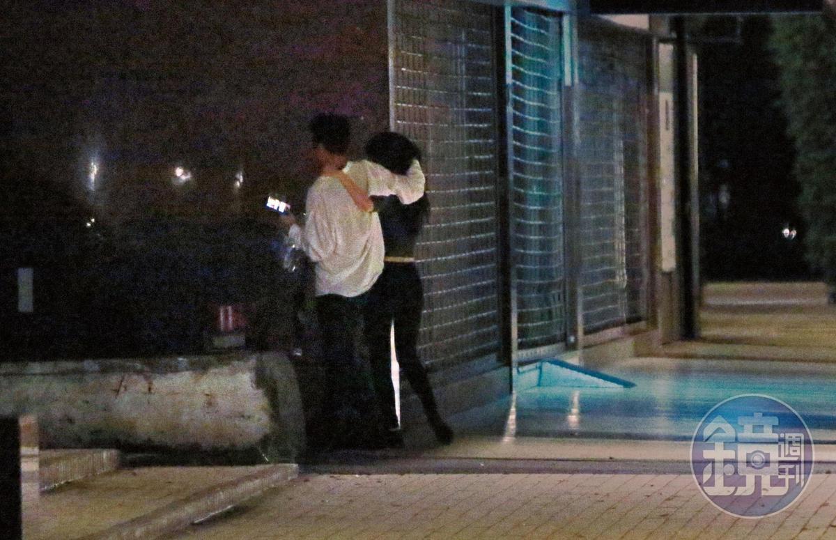 02:21,戀情初萌芽,兩人在男方家樓下上演各種親暱、調情行為。