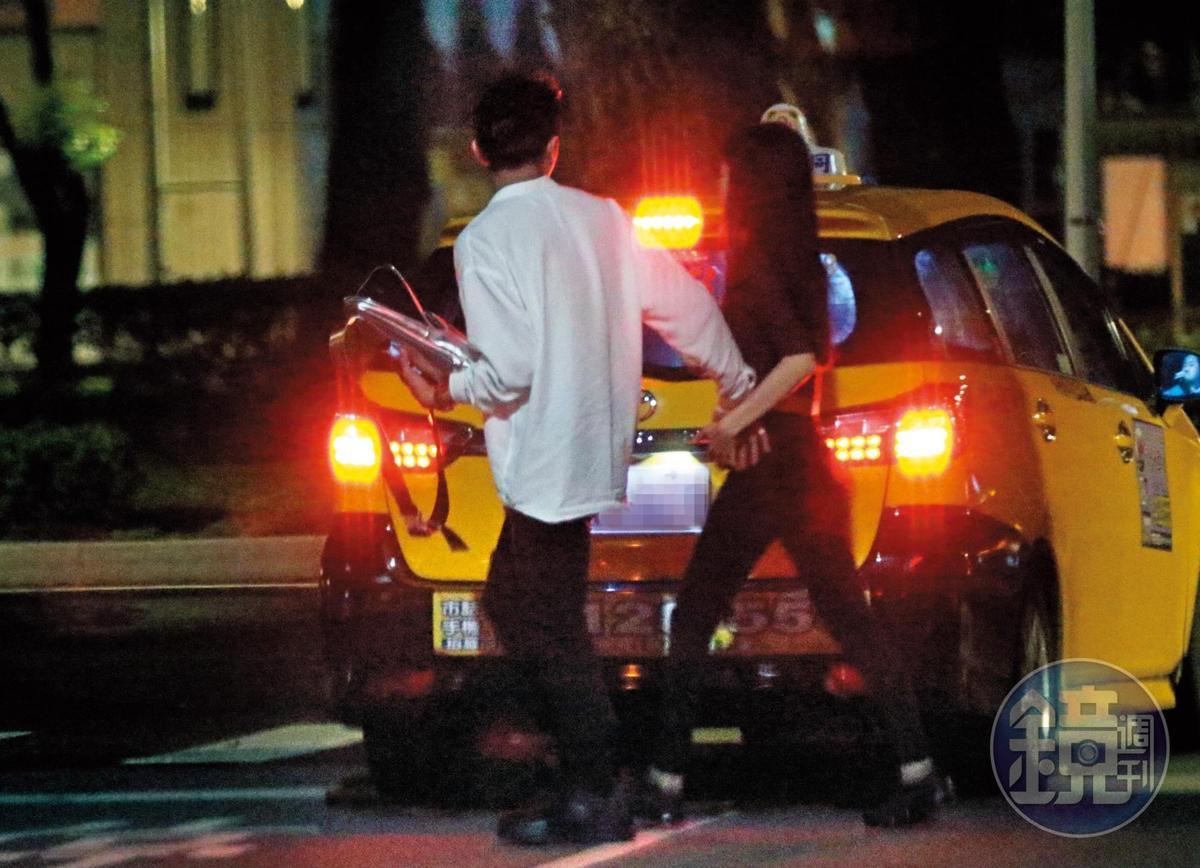 02:14,謝富丞牽著Miko的手過馬路,相當照顧女方的一舉一動。