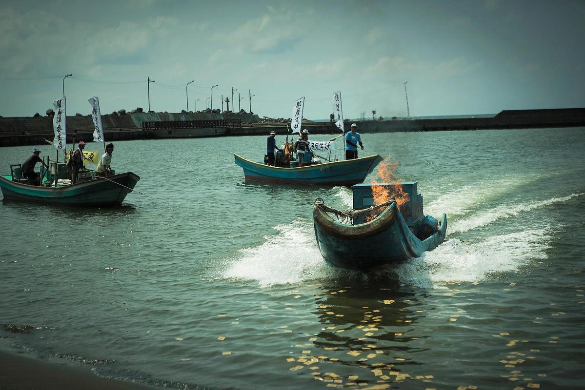 反對石化廠汙染的海上抗議場景獲得高雄當地漁會、居民等的協助。(牽猴子提供)