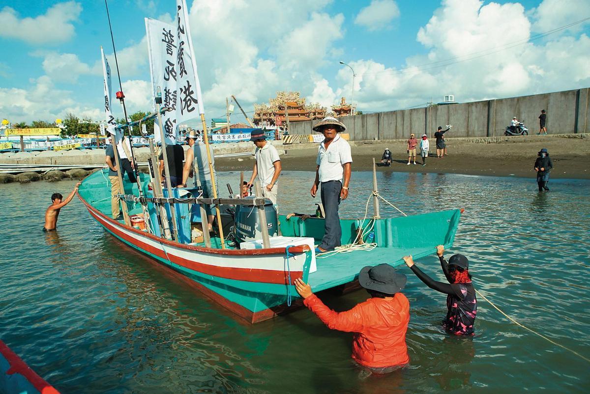 這場戲動員上千人,為了讓漁船在拍攝時不晃動,工作人員下海幫忙定錨。(牽猴子提供)