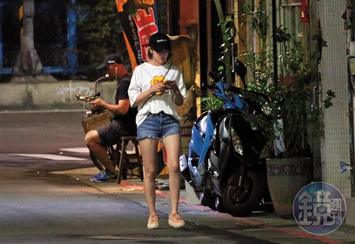 當天晚上9點,嘎嘎的短髮辣妹新歡,邊玩手機邊熟門熟路地滑進嘎嘎的家中。