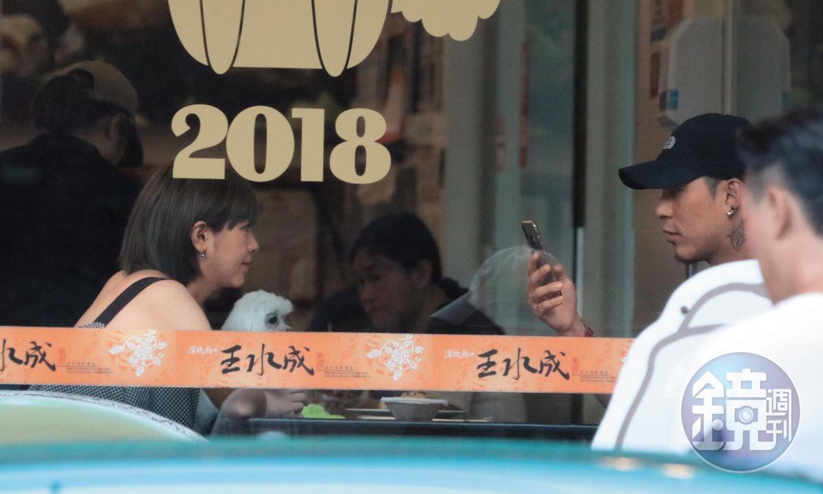 小倆口在餐廳裡邊滑手機邊有說有笑談天,就像是一般情侶約會一樣。