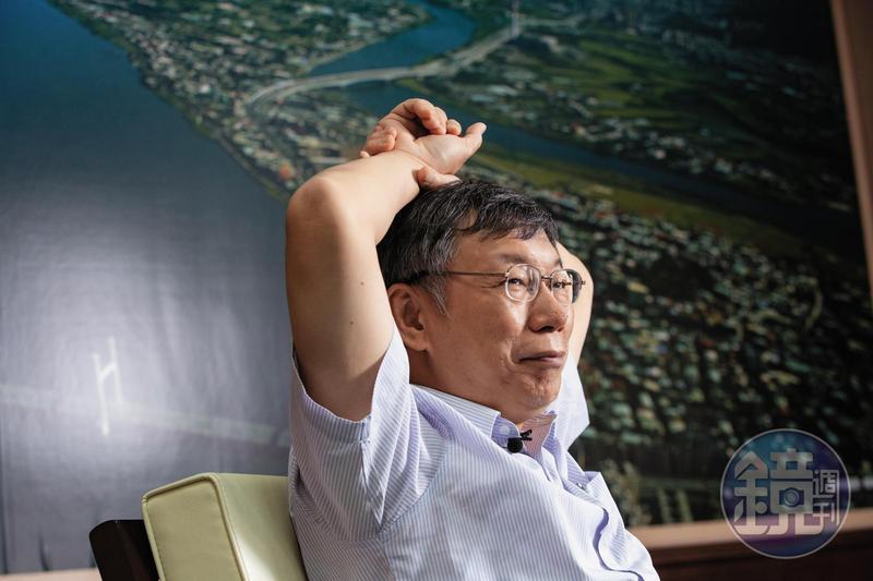 台北市長柯文哲強調堅持財政紀律才能端出政績,並抨擊各縣市加碼發重陽敬老金是為了騙選票。