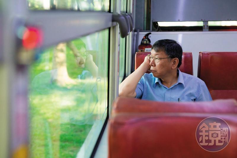 柯文哲搭公車上班,一度被批評是作秀,他冷回:「那也作秀一年了。」