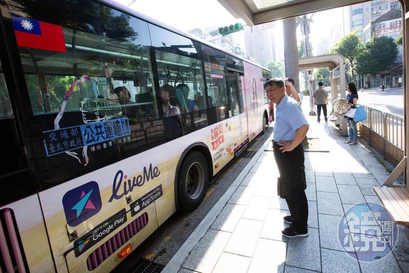 柯文哲搭公車上班1年多,每週5天步行到公車站也是柯P生活的日常。