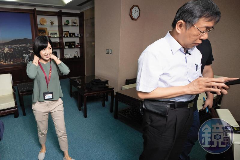 柯文哲的隨行助理「學姐」黃瀞瑩(左)因「一日幕僚」影片爆紅,成為柯團隊中的嬌點。