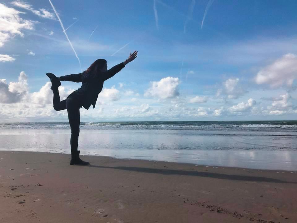 連詠心與馬塞爾去年9月19日同時更換同一姿勢的剪影照當臉書封面,低調放閃傳情,圖為荷蘭贊德沃特海邊。(翻攝自連詠心臉書)