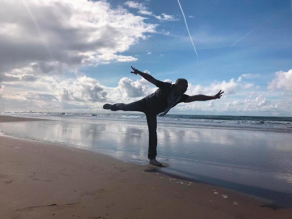 連詠心與馬塞爾去年9月19日同時更換同一姿勢的剪影照當臉書封面,低調放閃傳情,圖為荷蘭贊德沃特海邊。(翻攝自Marcel臉書)