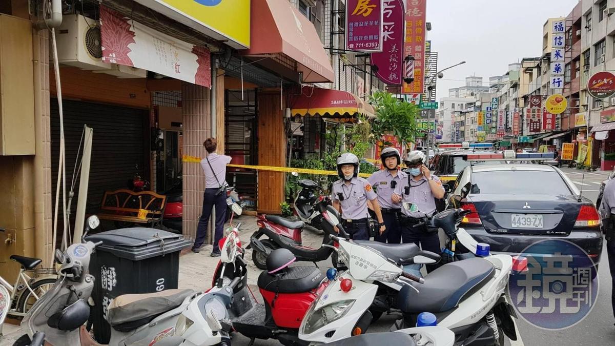 當街斷頭命案現場,警方圍起封鎖線,引起民眾圍觀。