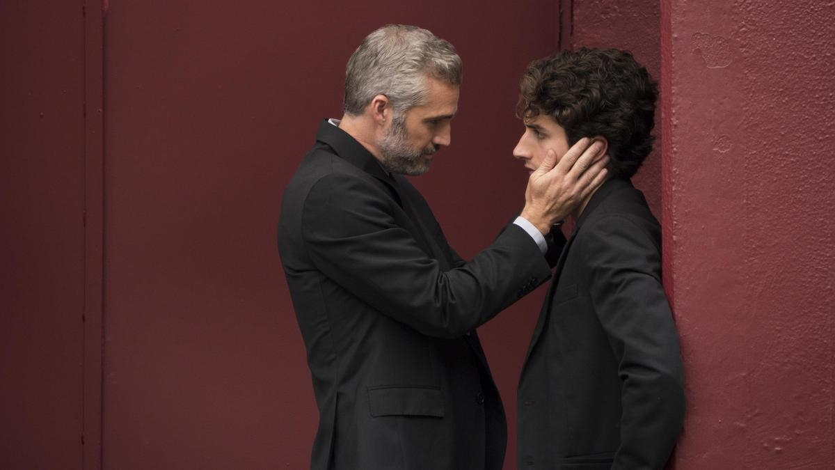 次男朱利安(右)表面上有女友,但其實真正的交往對象是家族的財務顧問狄亞哥。(Netflix提供)