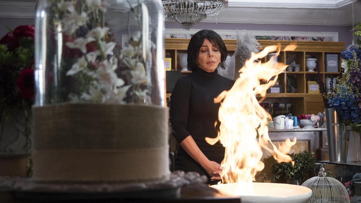 老闆娘維吉妮雅燒掉了蘿貝塔留下的遺書,也燒掉了許多不能說的祕密。(Netflix提供)