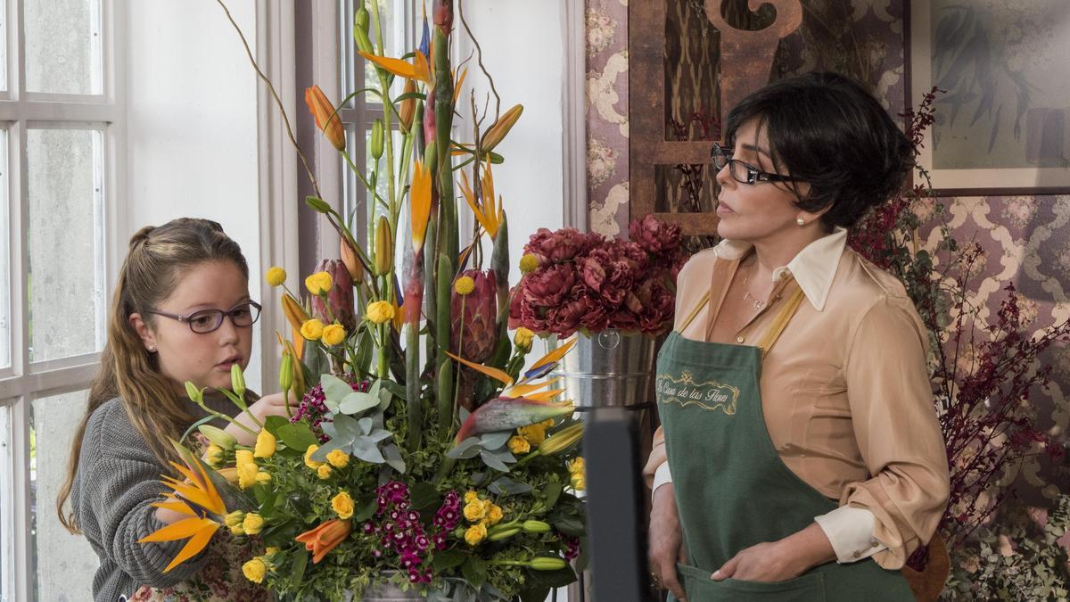 老闆娘維吉妮雅(右)撫養老公在外頭的私生女米凱拉。(Netflix提供)