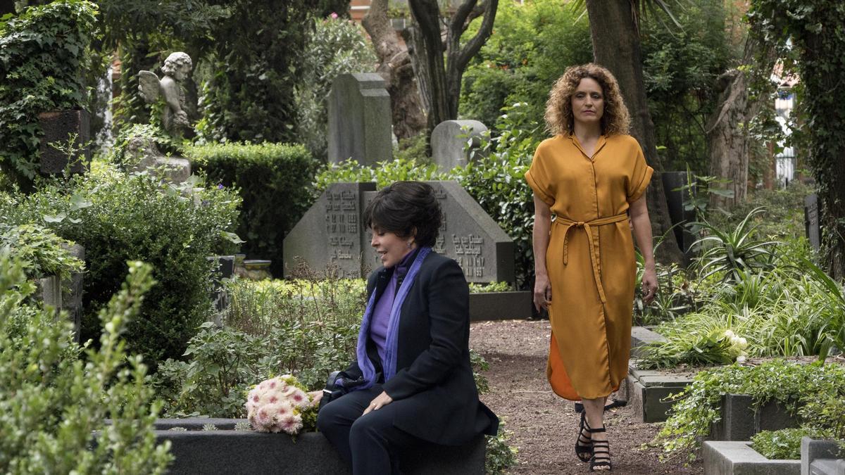 老闆娘維吉妮雅(左)來到蘿貝塔的墓前,想要一泯恩怨,但蘿貝塔的靈魂卻不這麼以為。 (Netflix提供)